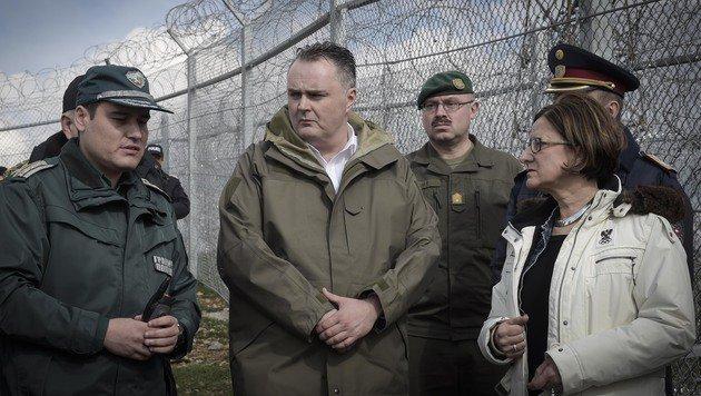 Mikl-Leitner und Verteidigungsminister Hans Peter Doskozil mit einem bulgarischen Grenzbeamten (Bild: BMLV)