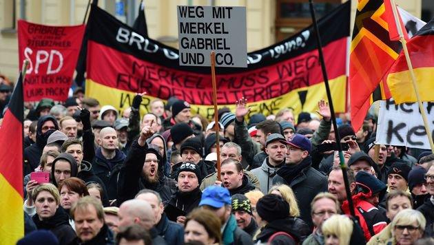 Wut auf Kanzlerin Merkel war auf vielen Transparenten und Bannern zu sehen. (Bild: APA/AFP/JOHN MACDOUGALL)