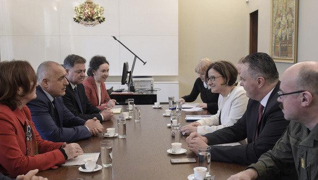 Mikl-Leitner und Doskozil im Gespräch mit Bulgariens Premier Bojko Borissow (Bild: BMLV)