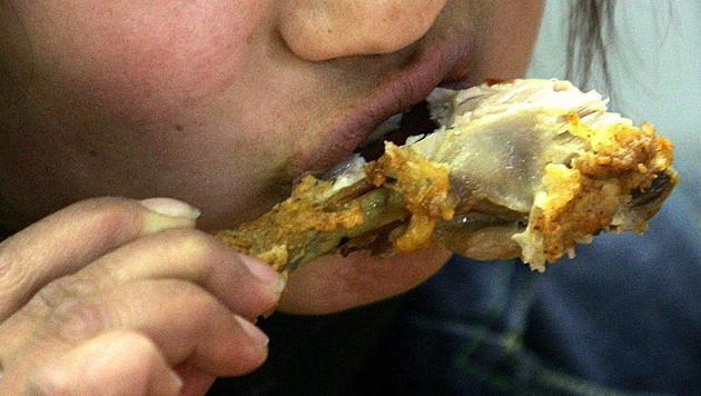 Indonesier erstickt an einem Chicken Wing (Bild: AFP/picturedesk.com/Peter Parks (Symbolbild))