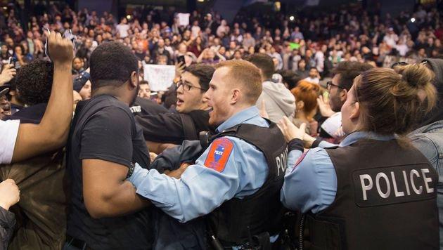 Die Polizei muss Trump-Anhänger und -Gegner trennen. (Bild: APA/AFP/Getty Images/Scott Olson)