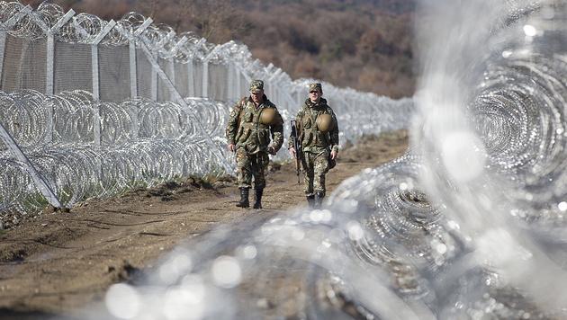 Die mazedonisch-griechische Grenze wurde zu einem Bollwerk ausgebaut. (Bild: Associated Press)