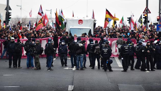 3000 Rechte marschierten durch Berlin (Bild: APA/AFP/John Macdougall)