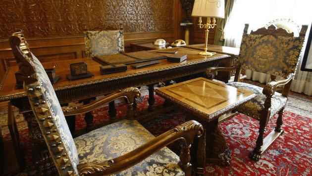 Ein luxuriös ausgestattetes Büro der Villa (Bild: AFP/David Muntean)