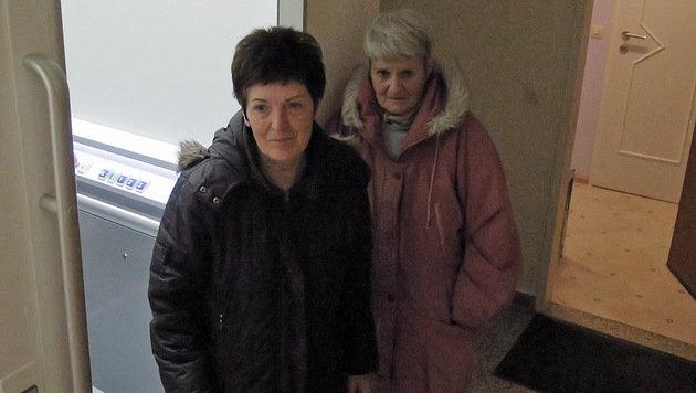 Gisela Bala (li.) mit Margot Wurzer - die einzige Nachbarin, die daheim war, ließ die Helfer herein. (Bild: Markus Schütz)