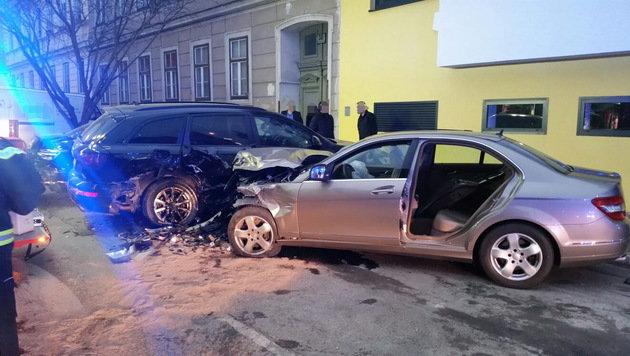 Taxi gegen Pkw geprallt: Vier Menschen verletzt (Bild: APA/MA 68)