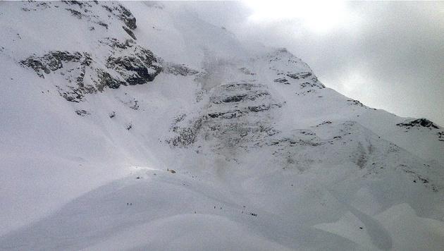 Helfer durchsuchten die enorme Lawine. (Bild: APA/Zeitungsfoto.at)