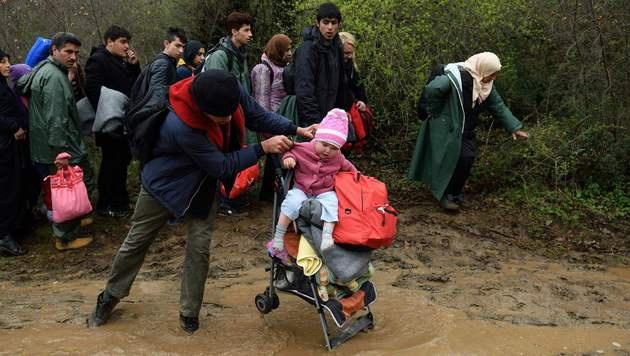 Die Wege sind von den starken Regenf�llen aufgeweicht. (Bild: APA/AFP/DANIEL MIHAILESCU)