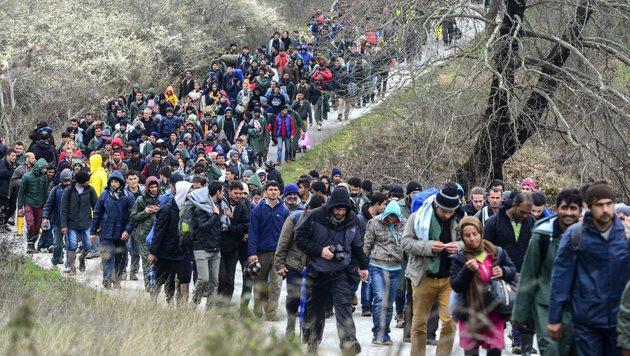 Hunderte Migranten verlie�en am Montag das Fl�chtlingslager Idomeni Richtung Norden. (Bild: EPA/NAKE BATEV)