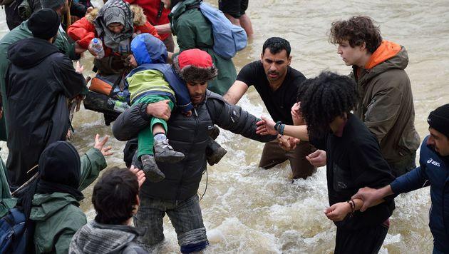 Tausende Migranten marschierten Richtung Norden (Bild: APA/AFP/DANIEL MIHAILESCU)