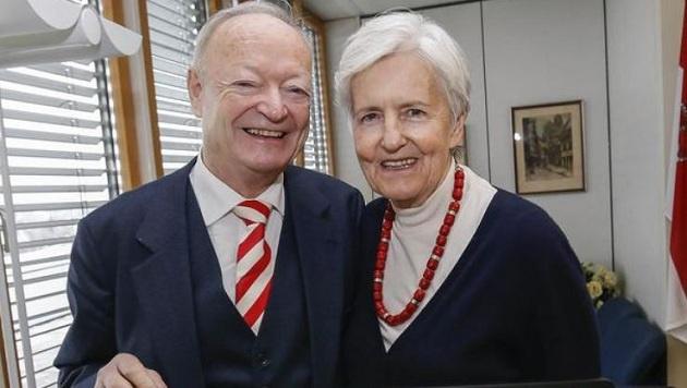 Andreas Khol mit rot-weiß-roter Krawatte und Ehefrau Heidi (Bild: Markus Tschepp)