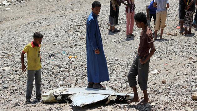 Ein Trümmerteil des abgestürzten Jets (Bild: APA/AFP/Saleh Al-Obeidi)