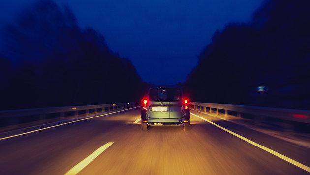 Frau von Ehemann aus Auto geworfen - überfahren (Bild: thinkstockphotos.de)