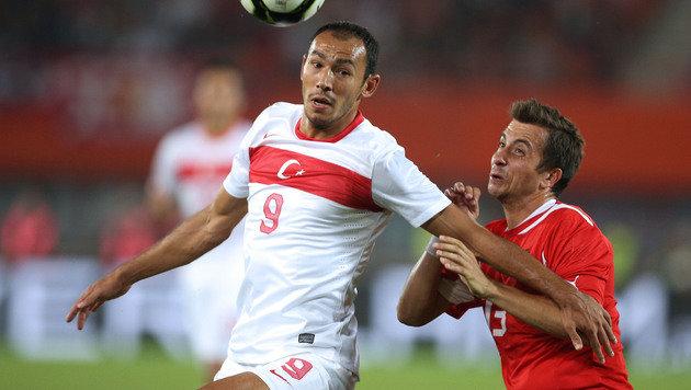 Umut Bulut (li.) als türkischer Teamspieler im Duell mit Österreichs Markus Suttner (Bild: APA/GEORG HOCHMUTH)