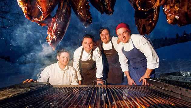 Ohne Strom, nur am offenen Feuer zauberten die vier Haubenköche ein köstliches Vier-Gänge-Menü. (Bild: Ferdinand Neumüller/Die Forelle)