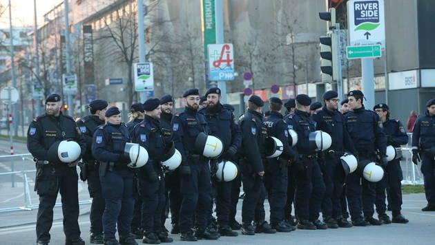 Aufgeheizte Stimmung bei Demos in Wien-Liesing (Bild: Peter Tomschi)