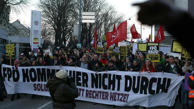 Aufgeheizte Stimmung bei Demos in Wien-Liesing (Bild: APA/GEORG HOCHMUTH)