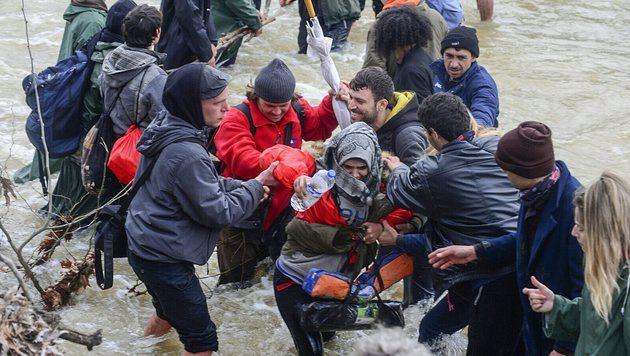 Helfer warteten auf der anderen Flussseite. (Bild: EPA/NAKE BATEV)