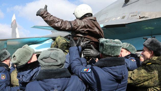 Ein gefeierter Pilot nach seiner Heimkehr (Bild: ASSOCIATED PRESS)