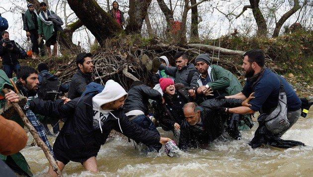 Idomeni: So provozierten Aktivisten das Grenzdrama (Bild: APA/AFP/Daniel Mihailescu)