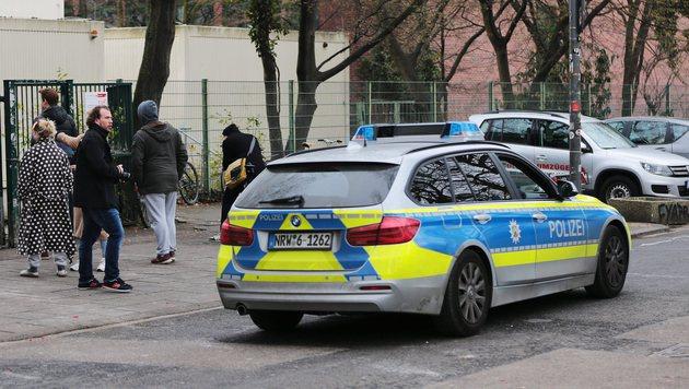 Die Polizei vor dem Kölner Humboldt-Gymnasium (Bild: EPA)