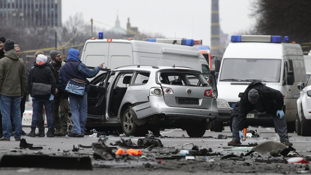 Auto in Berlin während der Fahrt explodiert (Bild: ASSOCIATED PRESS)