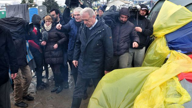 EU-Migrationskommissar Dimitris Avramopoulos (Bildmitte) bei einem Besuch in Idomeni (Bild: AFP or licensors)