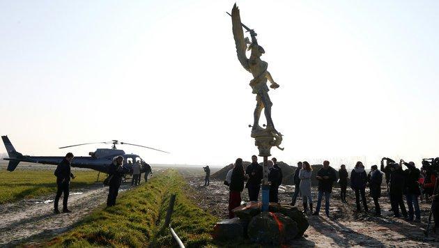 Erzengel-Statue fliegt und wird restauriert (Bild: APA/AFP/CHARLY TRIBALLEAU)