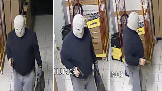 Der bewaffnete Täter trug eine helle Sturmhaube. (Bild: Polizei)