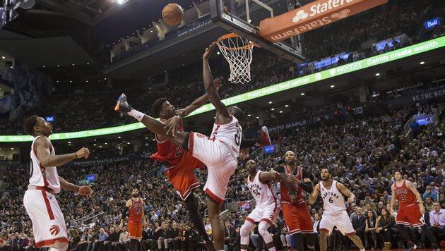 Chicago Bulls feiern knappen Erfolg in Toronto (Bild: AP)