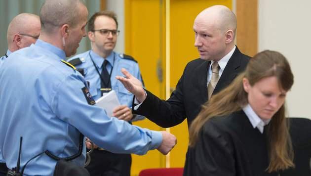 Kahl rasierter Breivik provoziert mit Hitlergruß (Bild: APA/AFP/JONATHAN NACKSTRAND)