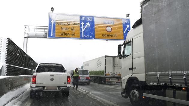 Lkw quergestellt: Auf der A21 ging nichts mehr (Bild: APA/HELMUT FOHRINGER)