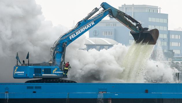 Ein Bagger schöpfte Wasser aus der Donau - damit wurde das Feuer übergossen. (Bild: APA/FOTOKERSCHI.AT)