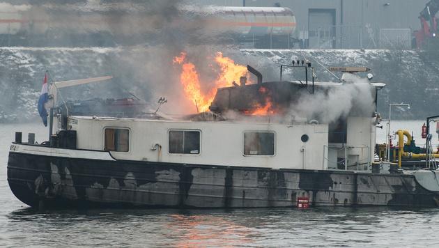 Flammen schlugen aus der Kajüte des Schleppkahns. (Bild: APA/FOTOKERSCHI.AT)