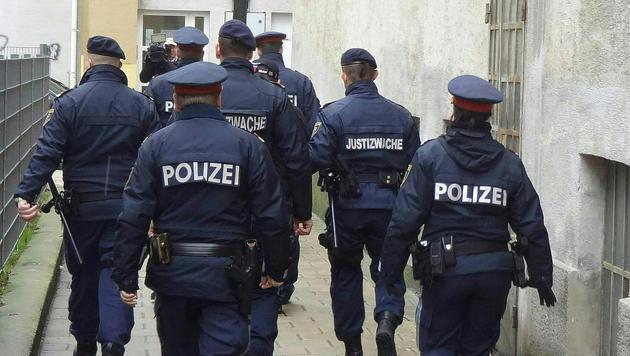 Polizei und Justizwache eskortierten den Verdächtigen zum Tatort. (Bild: APA/STEFAN SCHWIRKSCHLIES)