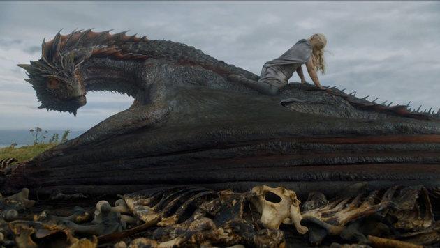 Emilia Clarke als Daennerys Targaryan reitet auf einem Drachen. (Bild: Viennareport)