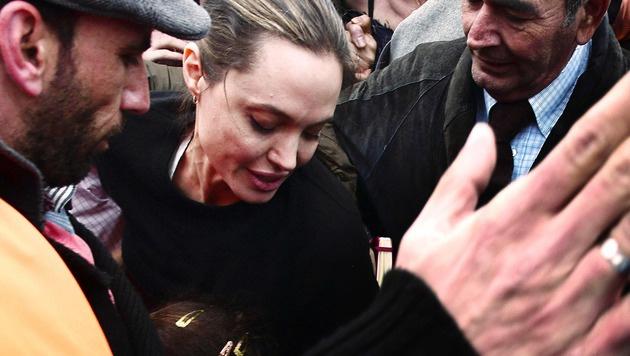Angelina Jolie im Flüchtlingslager in Piräus (Bild: APA/AFP/LOUISA GOULIAMAKI)