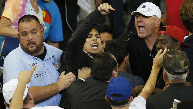 Sicherheitsleute führen einen Demonstranten von einer Trump-Wahlkampfveranstaltung ab. (Bild: ASSOCIATED PRESS)