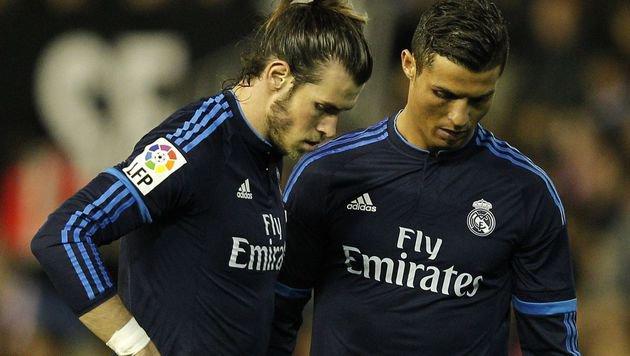 Ob Gareth Bale und Cristiano Ronaldo gerade ein Loch suchen, in das sie sich verkriechen k�nnten? (Bild: Jose Jordan)
