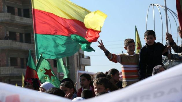 Kundgebung von Kurden in der syrischen Stadt Qamischli (Bild: APA/AFP/DELIL SOULEIMAN)