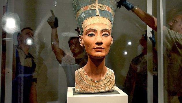 Die Büste von Königin Nofretete im Alten Museum in Berlin (Bild: APA/dpa/Stephanie Pilick)