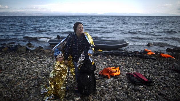 """Auf der Insel Lesbos landen pro Tag Hunderte Fl�chtlinge - laut NATO sind Schlepper """"sehr flexibel"""". (Bild: AP)"""