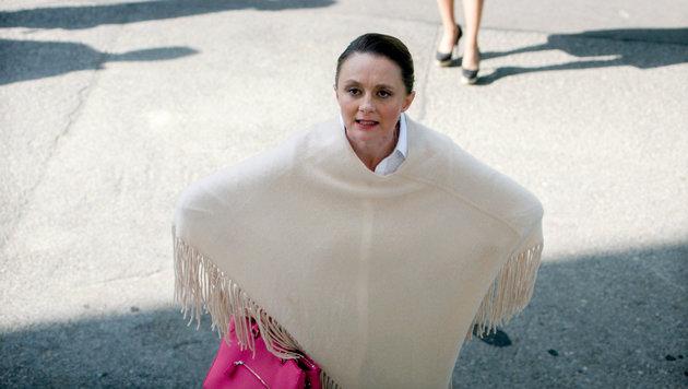 Maria (Gerti Drassl) ist schwanger und von den Kosten für die Reha ihres Mannes überfordert. (Bild: ORF)