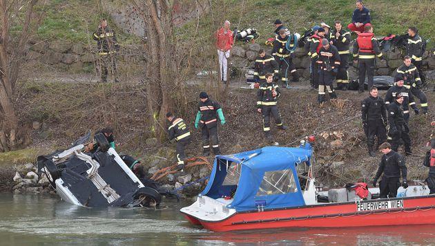Auto in Wiener Donaukanal gestürzt: Toter geborgen (Bild: Patrick Huber)