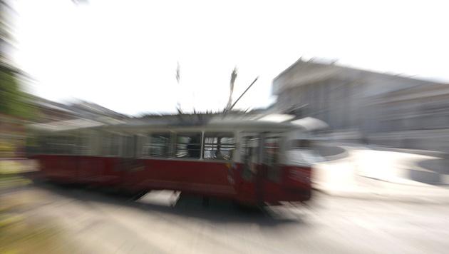 Tourist (65) beim Fotografieren von Bim erfasst (Bild: APA/Herbert Pfarrhofer (Symbolbild))