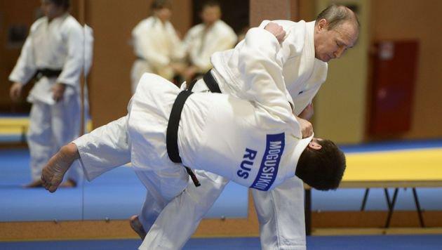 Kremlchef Putin ringt jeden Gegner nieder - zumindest auf der Matte. (Bild: APA/AFP/SPUTNIK/ALEKSEY NIKOLSKYI)