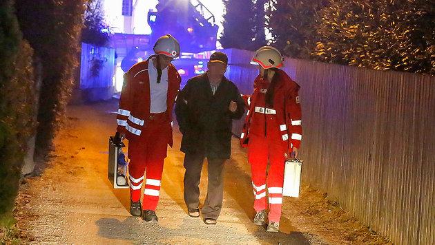 Das Rote Kreuz versorgte die verletzten Hausbewohner. (Bild: MARKUS TSCHEPP)