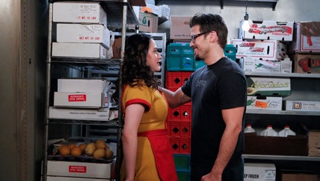 "Kat Dennings und Nick Zano in ""2 Broke Girls"" (Bild: CBS)"