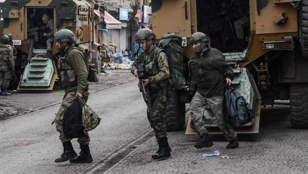 Türkische Soldaten bei einer Militäraktion in der Kurdenstadt Diyarbakir in Südanatolien (Bild: APA/AFP/ILYAS AKENGIN)