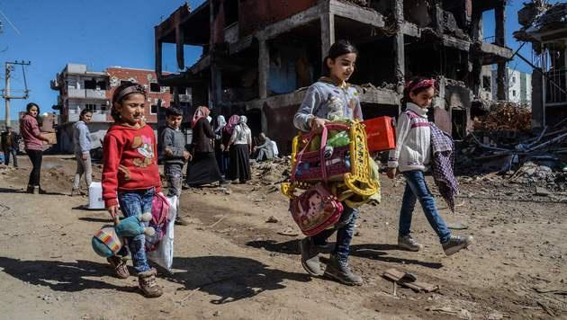 Kurden kehren in das durch Erdogans Militäraktionen zerstörte Cizre zurück. (Bild: APA/AFP/ILYAS AKENGIN)